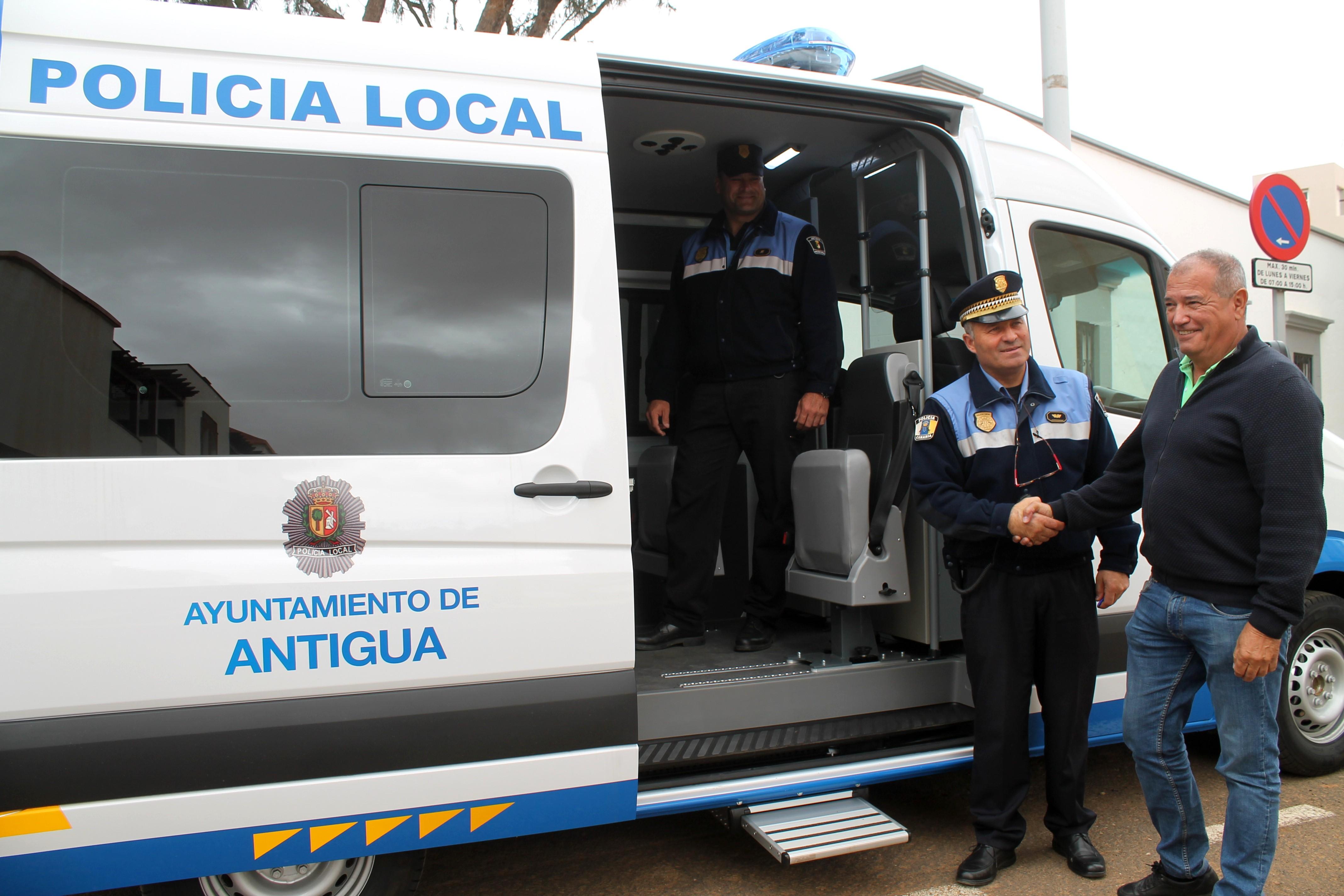 Alcalde de Antigua en el nuevo coche de la Policía Local de Antigua