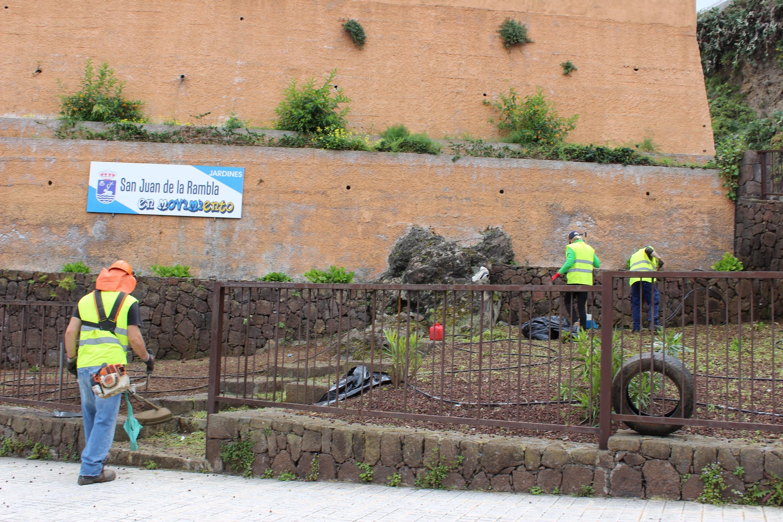 Operarios trabajando en el Jardín de Los Quevedos