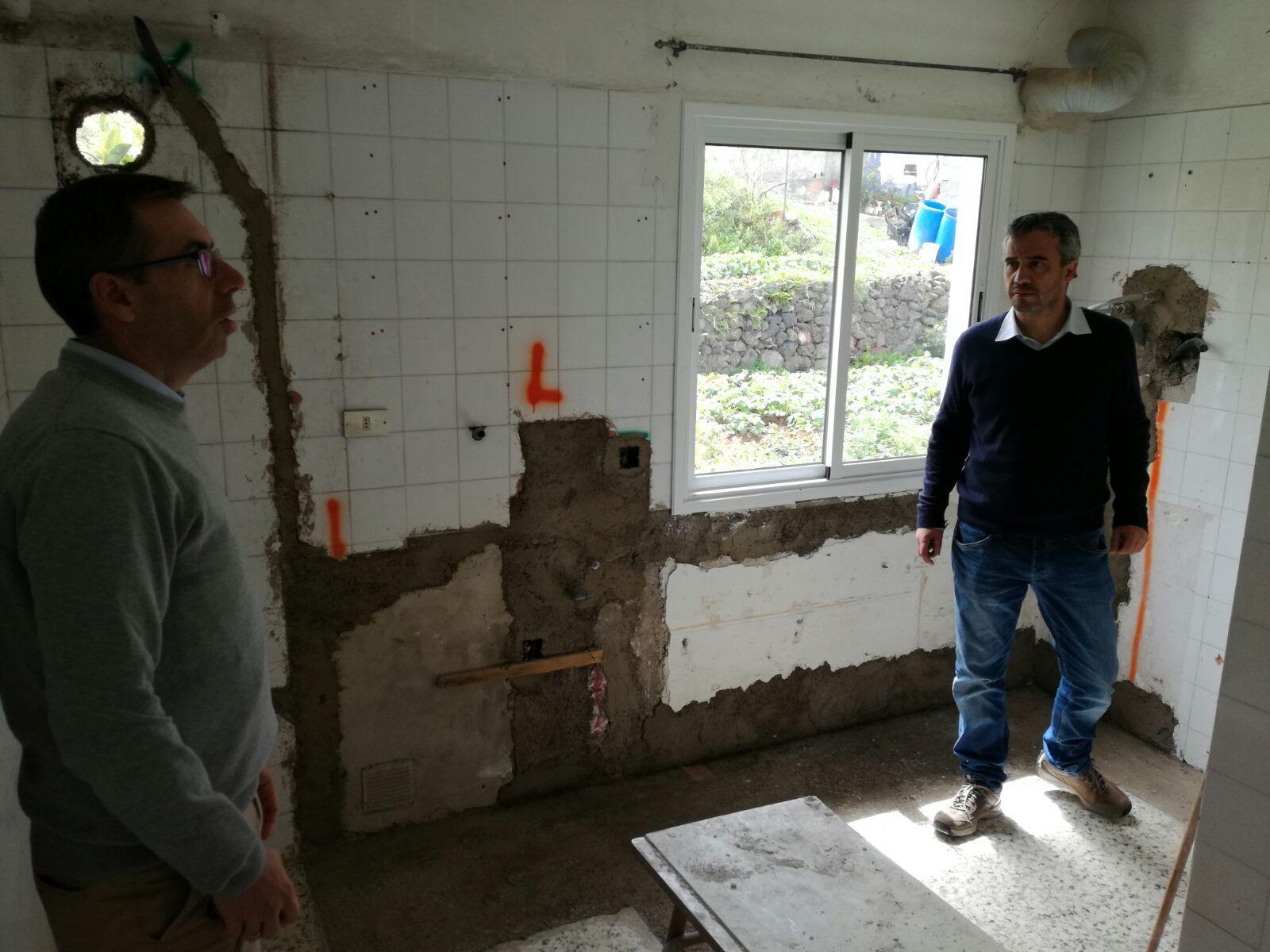 El edil Ezequiel Domínguez visitando las obras