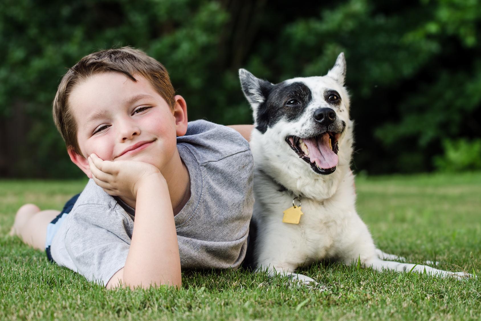 Niño con su perro