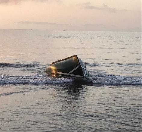 Embarcación tipo patera en la playa de las Gaviotas de Santa Cruz de Tenerife