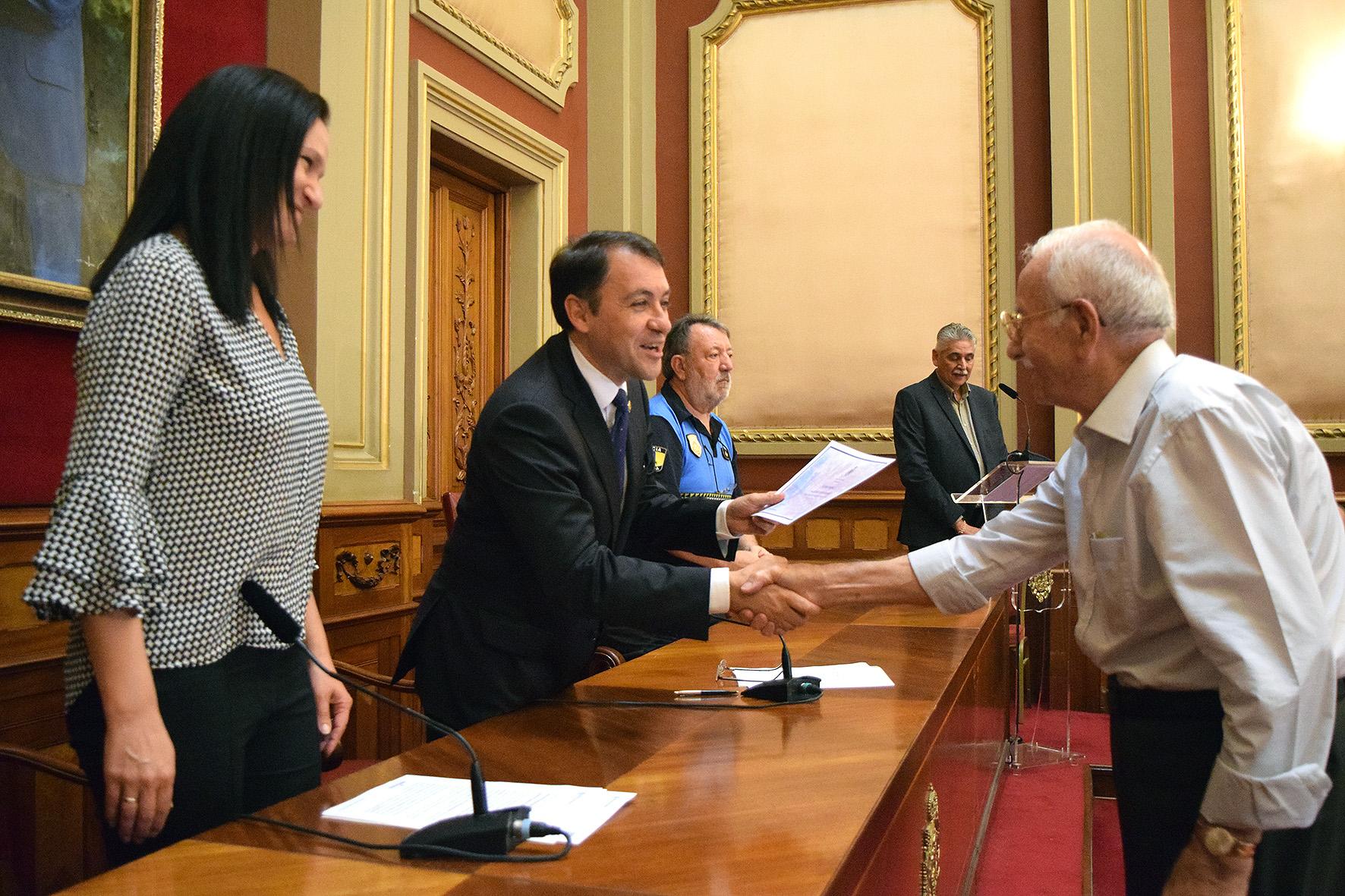 El alcalde de Santa Cruz de Tenerife, José Manuel Bermúdez saluda a un policía local jubilado