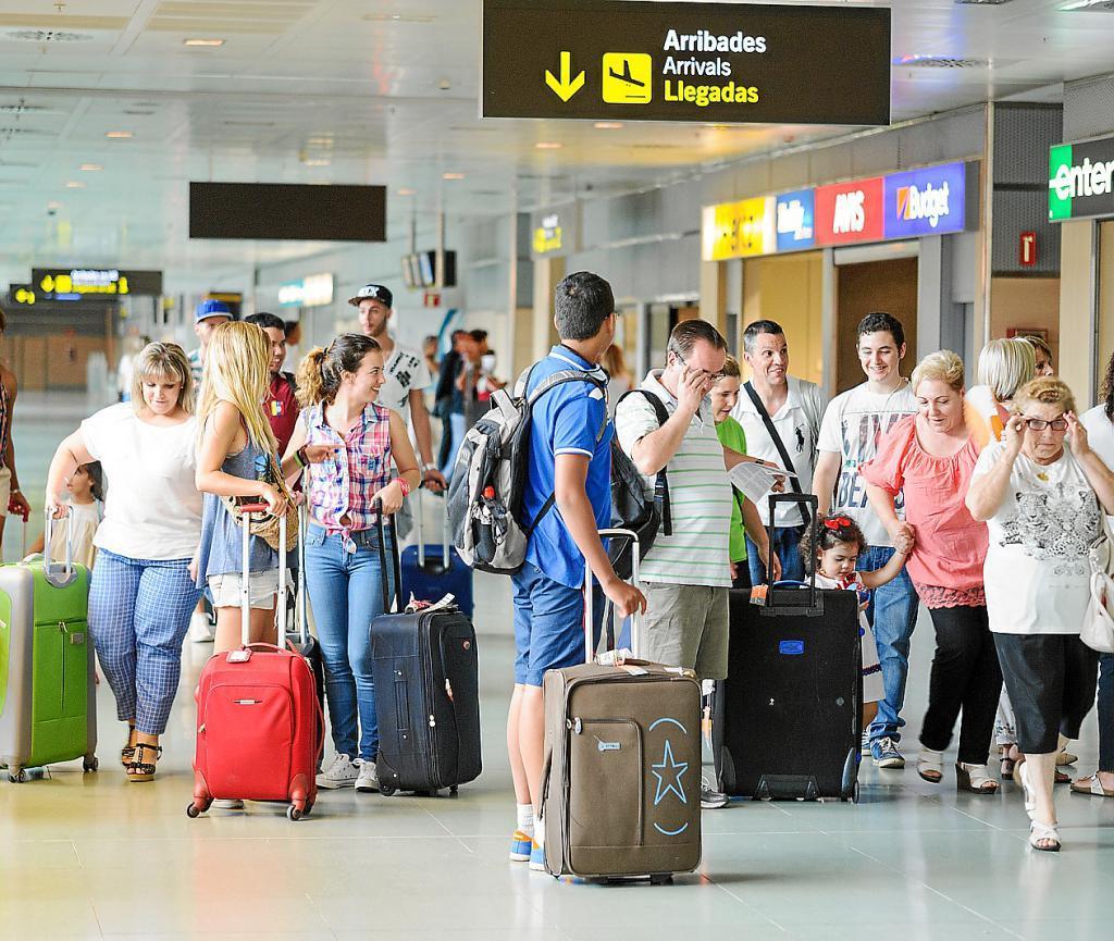 Pasajeros con maletas en un aeropuerto