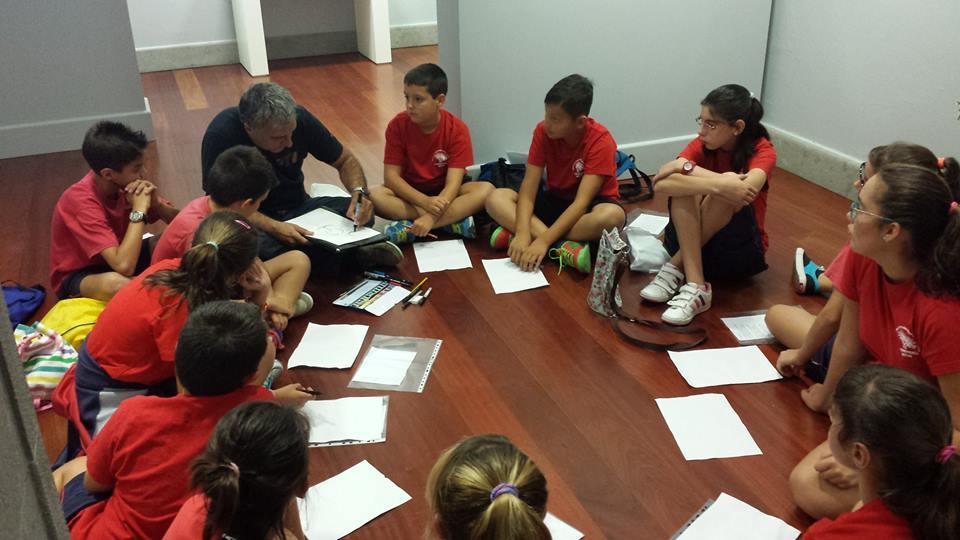 El artista en un taller con niños
