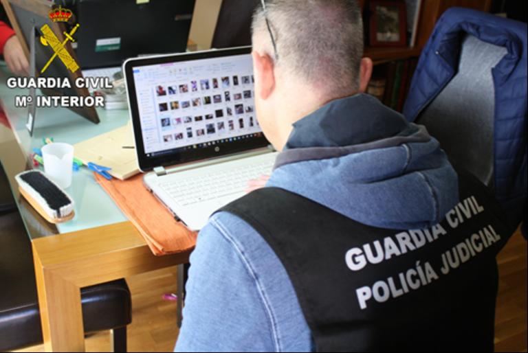 Un Guardia Civil en un ordenador
