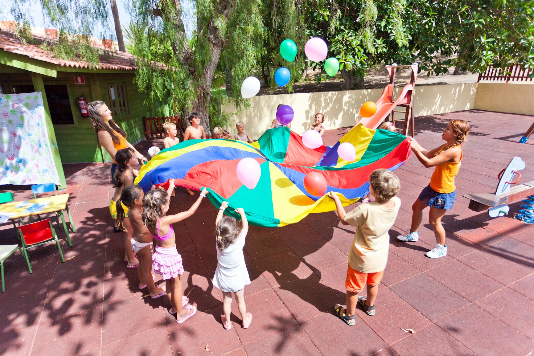 Niños jugando en un hotel