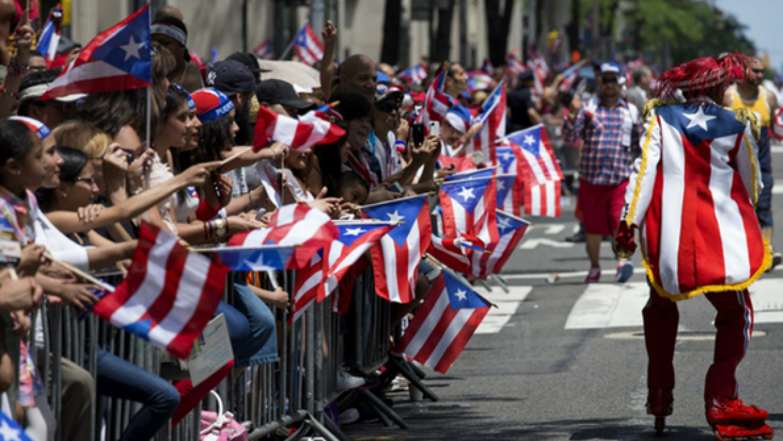 Personas con banderas de Puerto Rico