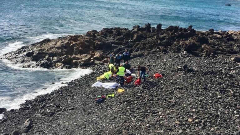 Servicios sanitarios atendiendo en una playa de Teguise