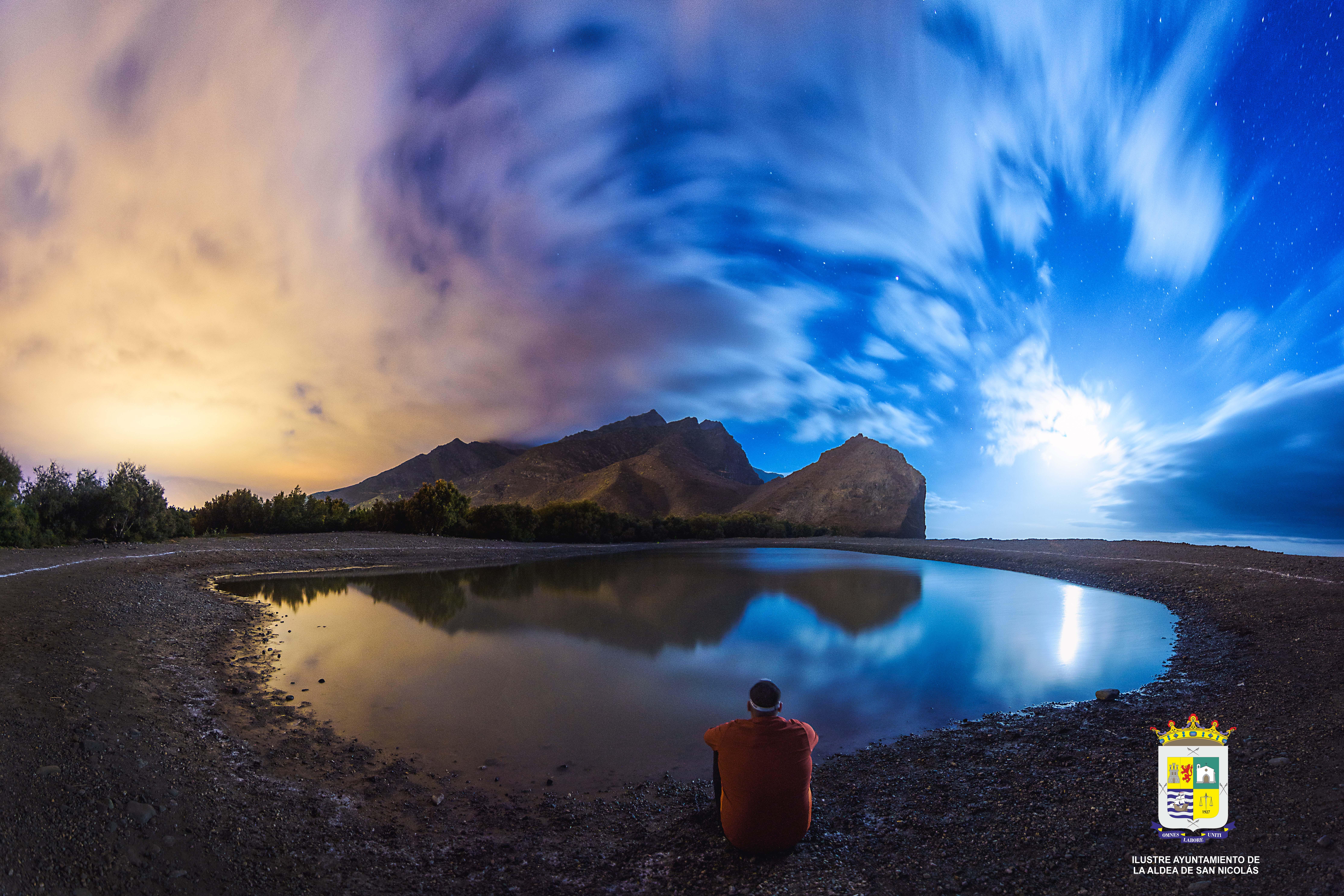 Fotografía del cielo reflejado en el agua