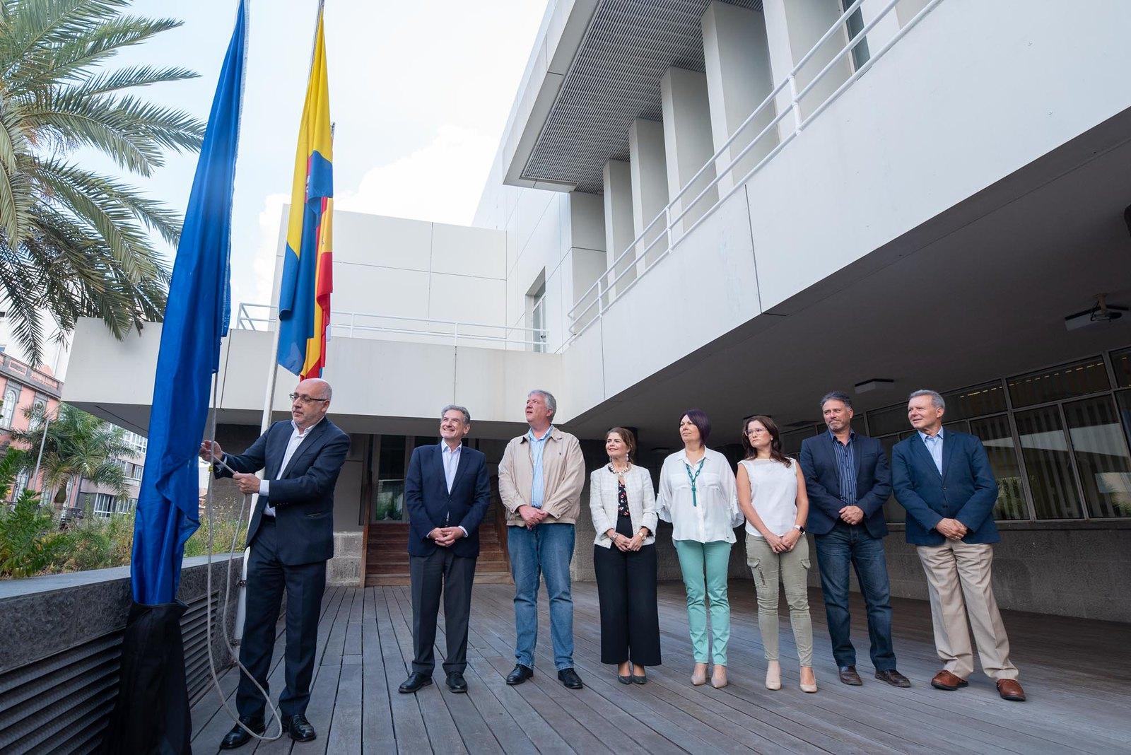 Izado de la bandera de la UE en el Cabildo de Gran Canaria