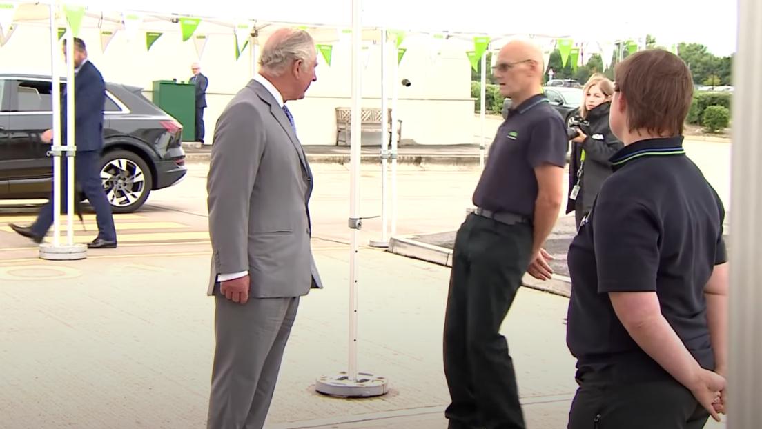 Empleado de Asda se desmaya durante la visita del príncipe Carlos. Reino Unido
