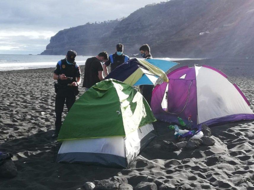 Desalojan a 62 personas acampadas en una playa de La Orotava. Tenerife