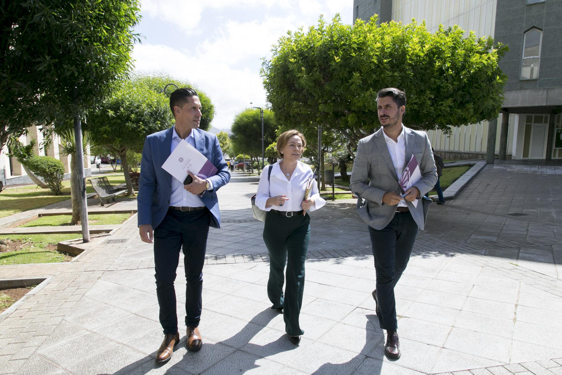 El alcalde de La Laguna, Luis Yeray Gutiérrez, y la rectora de la ULL, Rosa Aguilar