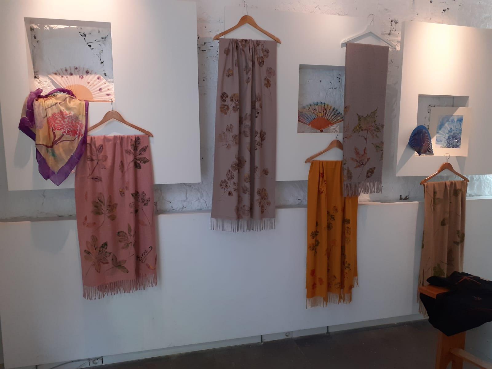 Prendas decoradas por Elena Robayna con el tinte natural de la cochinilla. Las Palmas de Gran Canaria