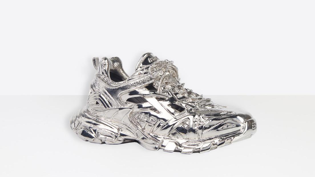 La escultura de una de las zapatillas de Balenciaga del modelo icónico Track 2