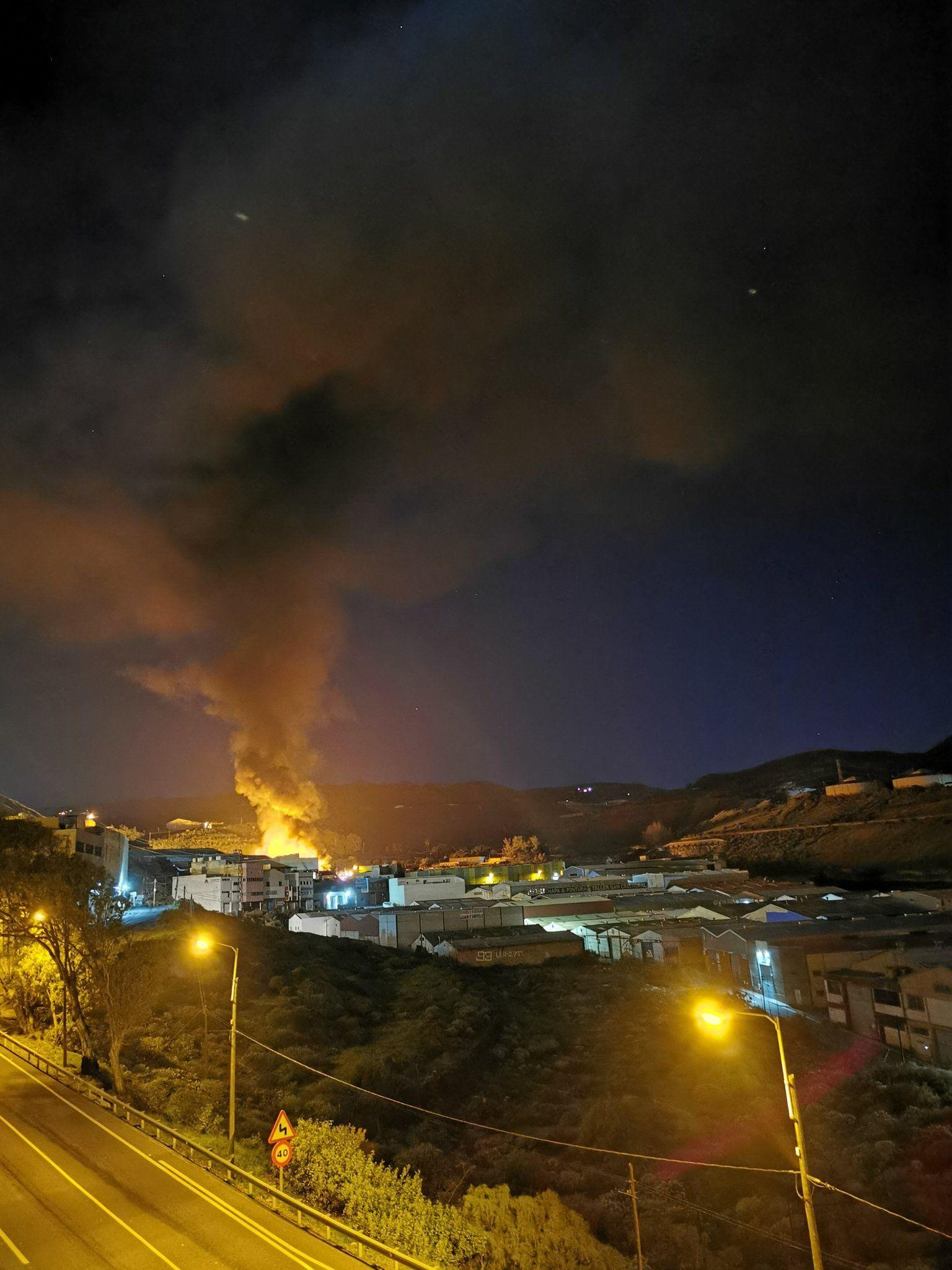 Incendio en la zona industrial de Maipez en Telde/ canariasnoticias.es