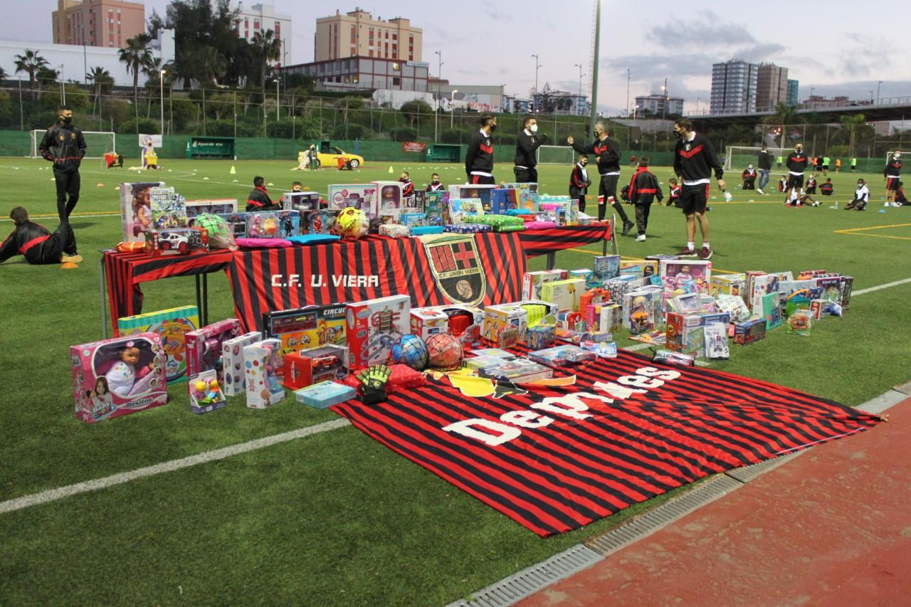El Unión Viera entrega más de 300 juguetes a la Casa de Galicia/ canariasnoticias.es