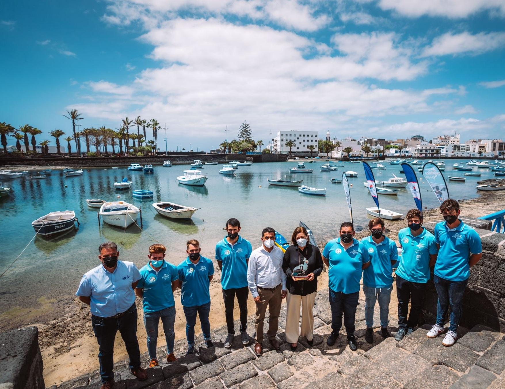 La alcaldesa Astrid Pérez y el concejal de Deportes Roy González felicitan al Club de Piragüismo Los Marlines de Lanzarote / CanariasNoticias.es