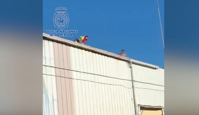 Policía rescatando al menor