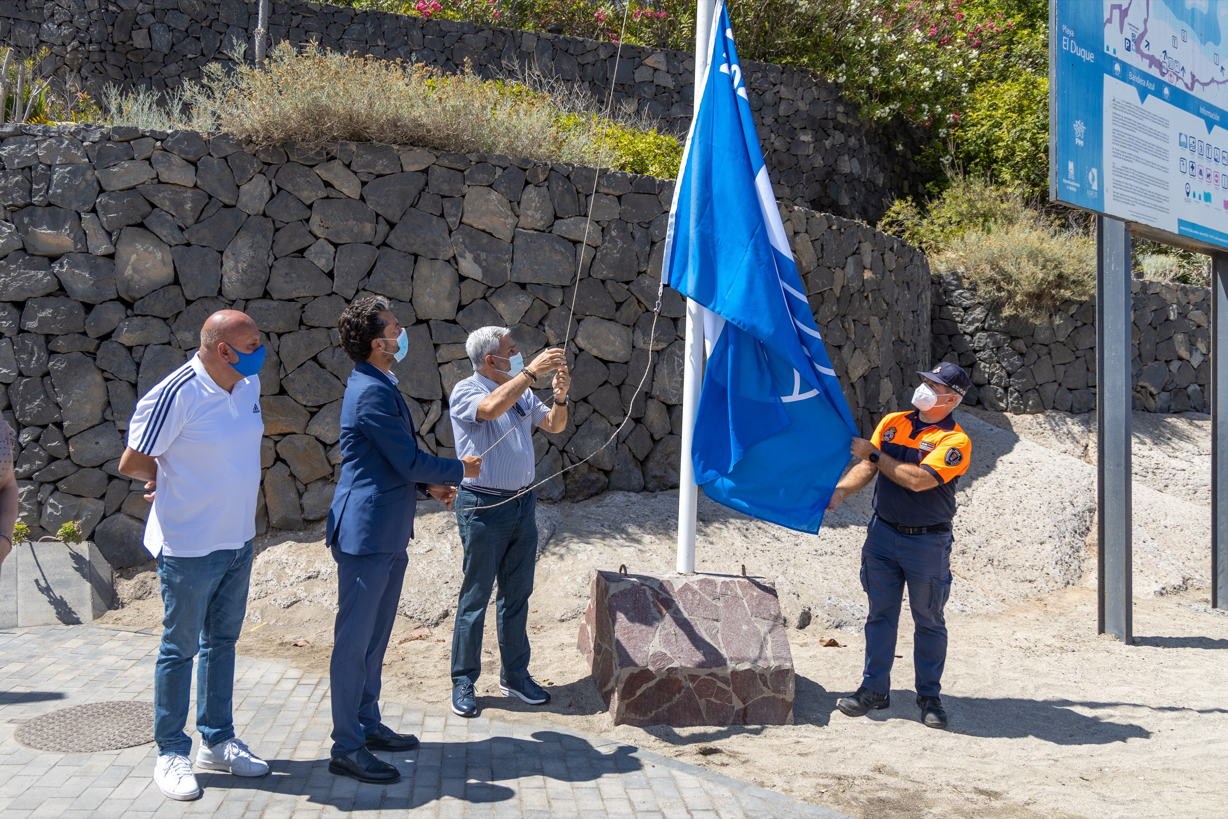 Izado de la bandera azul en la Playa del Duque en Adeje (Tenerife) / CanariasNoticias.es