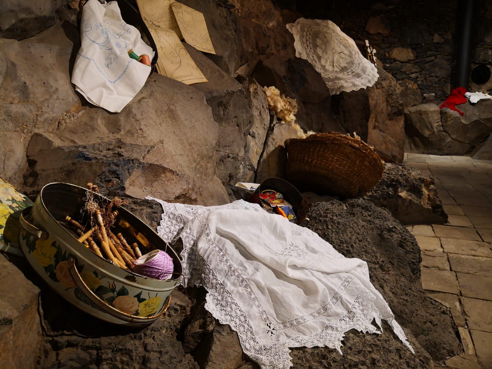"""""""Kilómetros y kilómetros de hilos""""- Rosetas, calados y bordados expuestos en La Casa de El Capitán. San Miguel de Abona"""