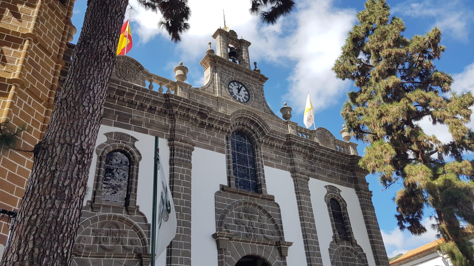 Subida de la Bandera de la Fiesta del Pino en la Basílica de Teror / CanariasNoticias.es