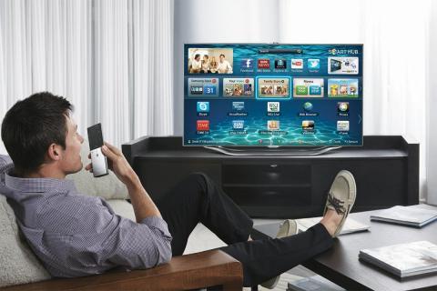 Un hombre frente a una Smart TV