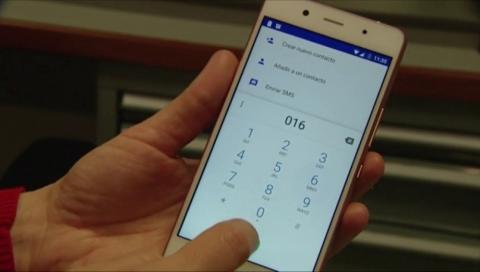 Teléfono marcando el número 016