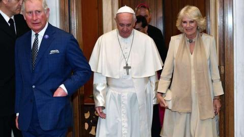 Carlos de Inglaterra y Camila con el Papa Francisco