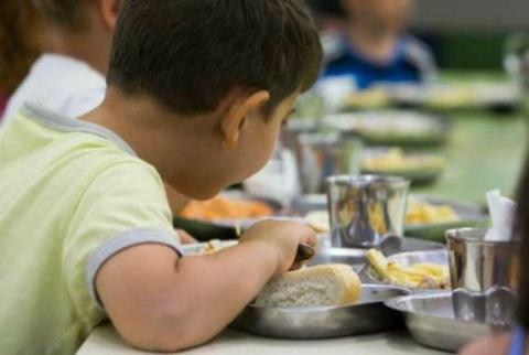 Niño en un comedor