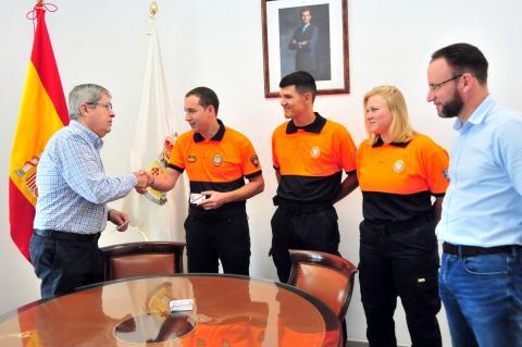 El alcalde Marco Aurelio Pérez entrega los carnés a Protección Civil
