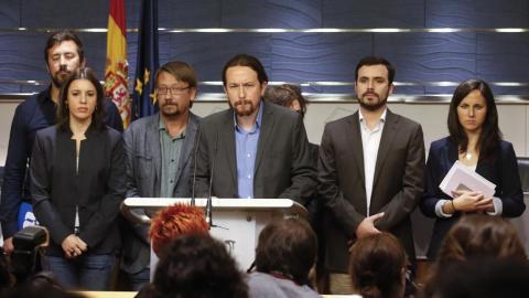 Representantes de Podemos anunciando la moción de censura a Mariano Rajoy