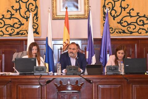 Escolástico Gil en el pleno del Ayuntamiento de El Rosario
