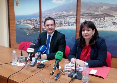 El alcalde de Arona, José Julián Mena y la concejala de Hacienda, Raquel García