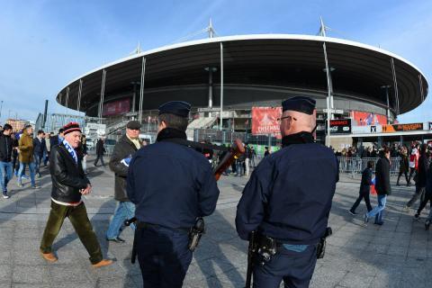 Policías en un estadio de fútbol