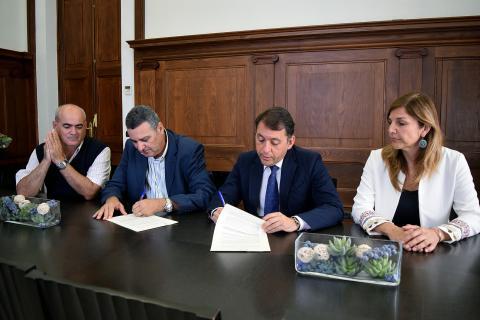 El Alcalde de Santa Cruz de Tenerife, José Manuel Bermúdez, y Juan Pedro Morales en la firma