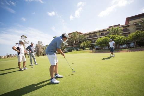 Jugadores en un campo de golf