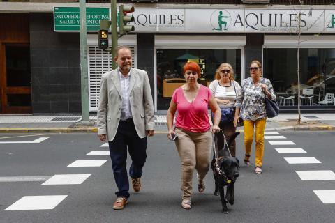 Peatones en semáforos acústicos en Las Palmas de Gran Canaria
