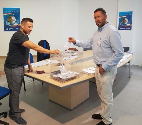 Votando en Adeje un ciudadano argelino