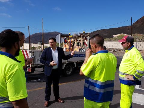 Operarios de asfaltado de calles de Arona