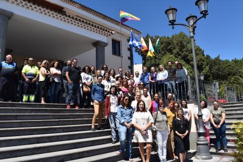 Concentración en la entrada del Ayuntamiento de El Rosario para conmemorar Día Internacional contra la Homofobia