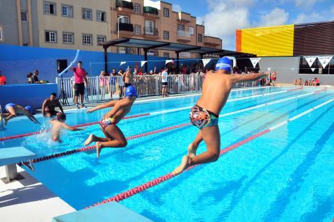 Niños tirándose a una piscina