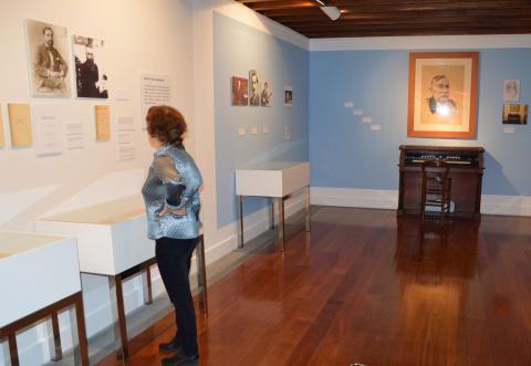 Una mujer en un museo
