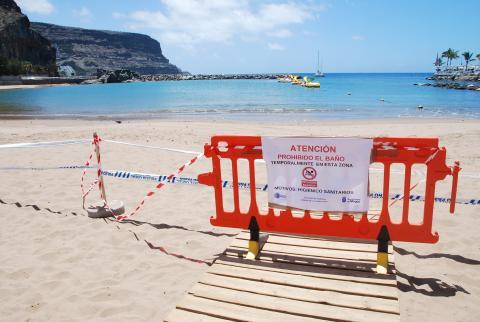 La Playa de Mogán cerrada al baño