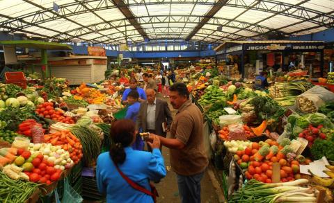 Un mercado de alimentos