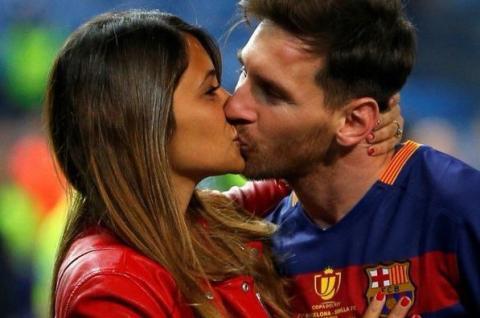 Lionel Messi y Antonella besándose