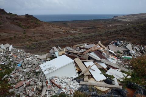 Vertido de escombros en la Playa de Vargas, Agüimes