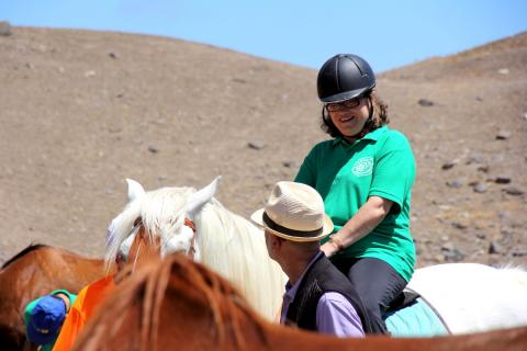 Una usuaria del Centro Ocupacional de Moya en un caballo