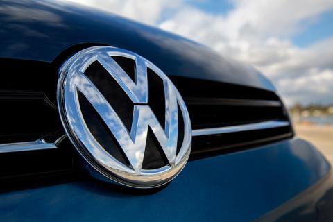 Coche con el logo de Volkswagen