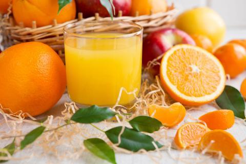 Vaso con zumo de naranja